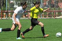 Po hattricku, kterým minule vystřílela skalp lídra ze Sezimova  Ústí, se Helena Praizlerová (u míče před Kamilou Jarolímkovou z Mokrého) prosadila doma dvakrát.