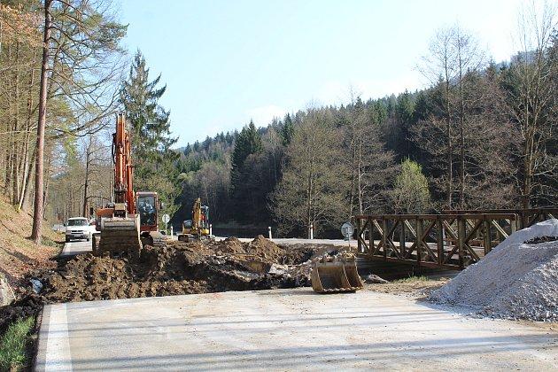 Oprava mostu ev. č. 160-020 před Rožmberkem nad Vltavou by měla být hotová do konce července. Provoz je v místě veden kyvadlově, na semafory, přes provizorium.