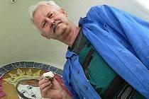 """Vyšebrodský výtvarník Mirek Raboch včera dokončoval instalaci kachlových obrazů, které nově oživily kapličky v Mirkovicích. Své """"duše"""" v podobě motivu madony se už brzy dočká také sakrální stavba v nedalekých Chabičovicích."""