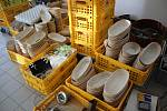 Pracovníci Jednoty Kaplice nyní hornoplánskou pekárnu vyklízejí. Její sortiment bude vyrábět srnínská pekárna.