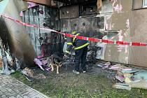 Hasiči ve Velešíně likvidovali požár motorky zaparkované pod balkonem panelového domu.