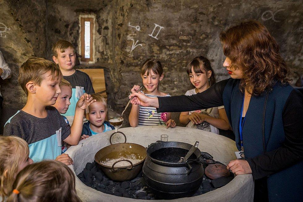 V kamenném sklepě je alchymistická laboratoř, kde se děti dozví, jak se míchaly nejrůznější lektvary.