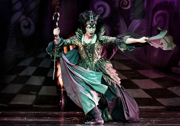 Klasický balet Šípková Růženka. Travesti roli dostal sólista baletu Zdeněk Mládek. Ženy prý dříve nechtěly ošklivou vílu tančit, proto ji představovali muži.