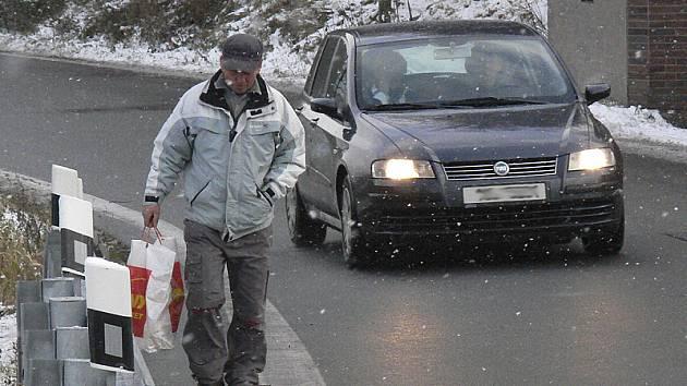 """""""Chodit tudy je o život, zvlášť, když kolem vás projede autobus nebo nákladní auto,"""" míní Ivan Barna (na snímku). Podobný názor mají i další obyvatelé těchto míst ve Vyšším Brodě."""