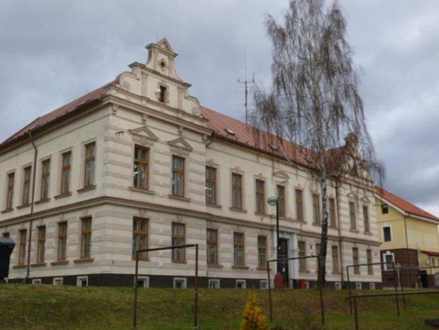 Budova školy na ulici Komenského.