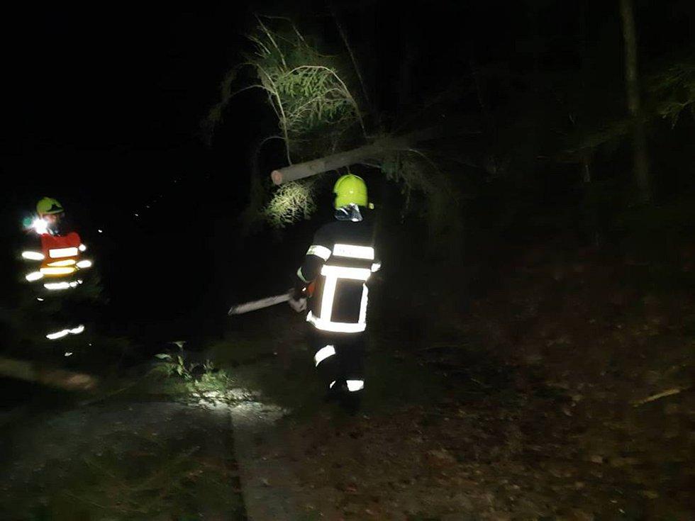 V sobotu před půlnocí byla na odstranění stromu přes celou šíři komunikace č. III/15715 povolána jednotka hasičů obce Velešín. V místě známém jako Srdíčko strom odstranila, komunikaci uklidila a po průzkumu silnic v přilehlém okolí se vrátila zpět na zákl