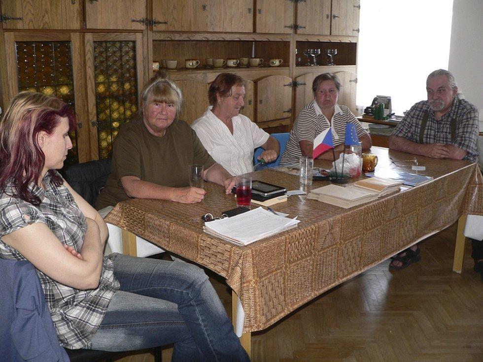 Volební komise v Malšíně trpělivě čeká na voliče.