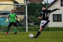 Fotbalisté Dolního Dvořiště (v černých dresech) deklasovali Mladé 8:1.
