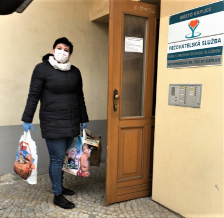 Pečovatelka Charity Kaplice Denisa Aubrechtová.