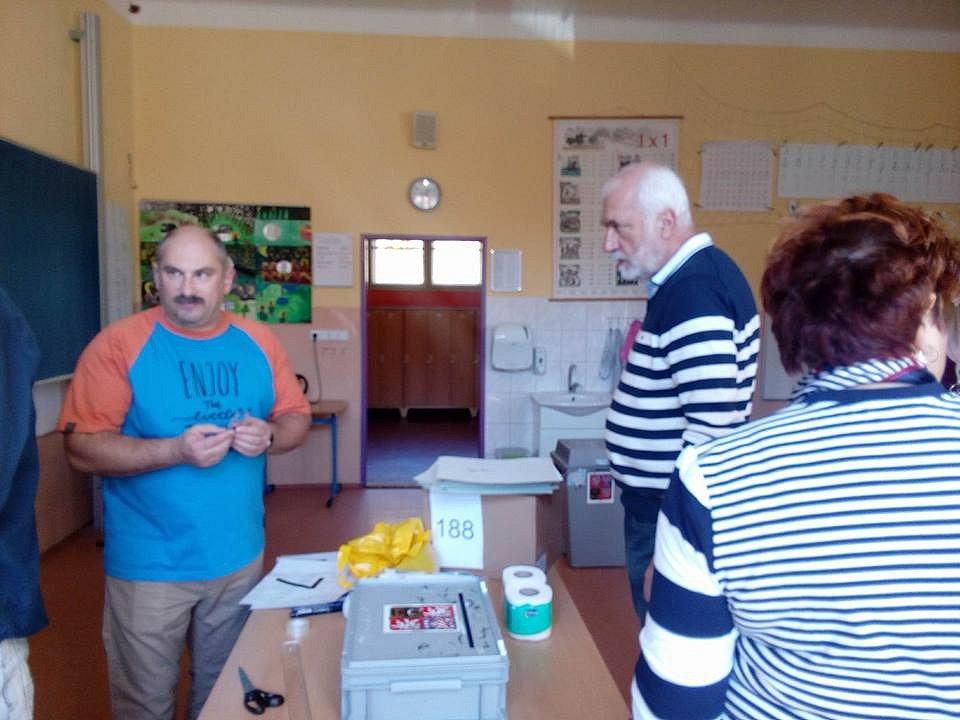 Volební komise na krumlovské ZŠ TGM se připravuje na 14. hodinu