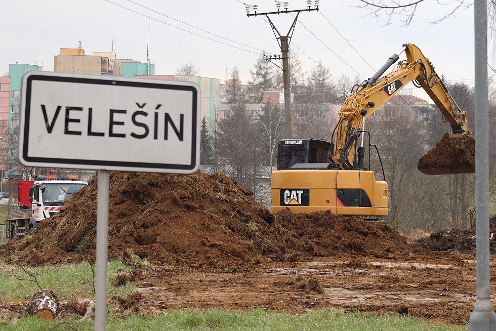 Práce na rozšíření odbočky na Velešín.