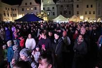 Občané Českého Krumlova na náměstí Svornosti oslavili 30 let po sametu, společně s kapelou Chlapi v sobě.