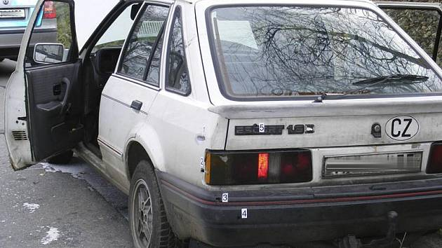 Pronásledované auto má v sobě několik děr po střelbě pistolí.