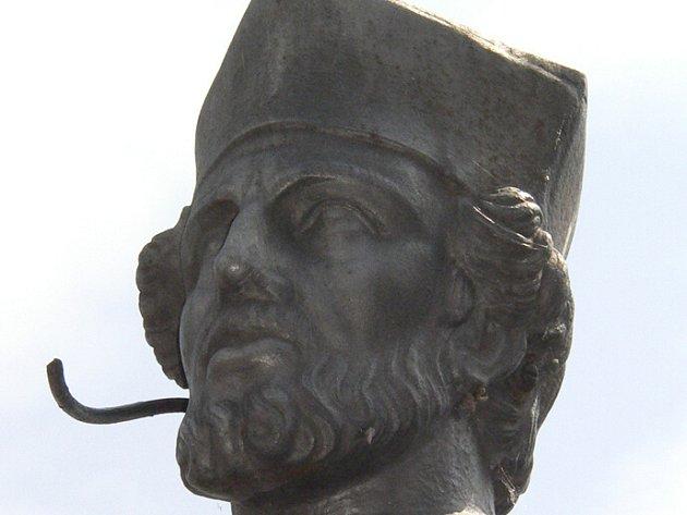 Poškozený zbytek svatozáře vyvolává dojem, že socha mluví do mikrofonu s naslouchátkem.