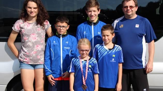 V ZAGREBU hájili barvy SKB (zleva) Bára Hadáčková, Petr Jurný, Eliška Mikešová (s nečekanou medailí), Tomáš Švejda, Patrik Fuciman a trenér Radek Votava.