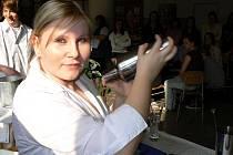 Připravovat míchané nápoje podle přání svých spolužáků si včera vyzkoušela i žákyně třetího ročníku oboru kuchař – číšník českokrumlovského učiliště Karolína Mrázková.