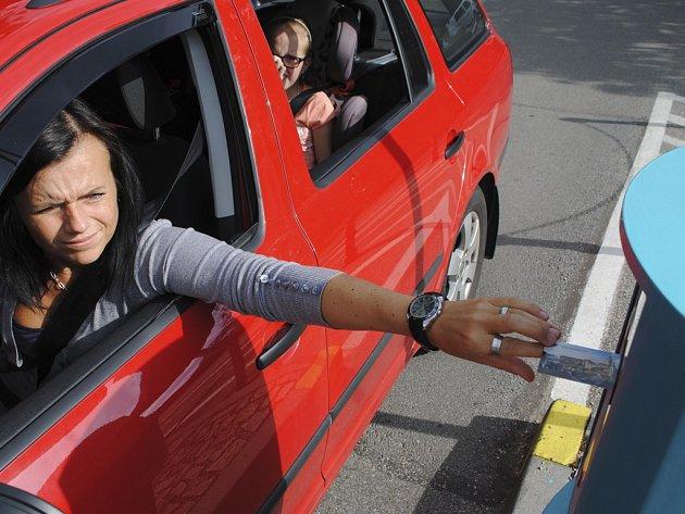 S bodovou kartou můžete v Krumlově parkovat odpoledne za 2 koruny na hodinu.