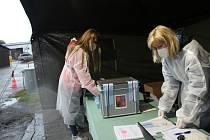 Volby drive-in ve středu odstartovaly na dočasném stanovišti v areálu Správy a údržby silnic v Českém Krumlově.