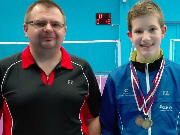 Teprve patnáctiletý krumlovský mladík Tomáš Švejda (na snímku s trenérem a předsedou SKB Radkem Votavou) se výrazně prosazuje už i mezi staršími juniory.