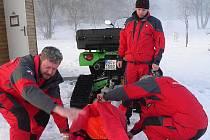 Krumlovští záchranáři disponují čtyřkolkou, za kterou mohou zapojit saně, na něž zafixují zachraňovanou osobu. V ošetřovně mají veškeré vybavení připravené tak, aby ho jenom popadli a běželi. Ovšem v sobotu se v mlze na ledě pohybovalo jen pár živáčků.