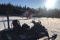 Vrtulník byl povolán k těžkému úrazu lyžaře na Kramolíně.
