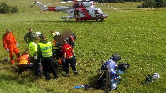 Záchranáři na místo přivolali vrtulník kvůli šetrnému transportu zraněného motocyklisty do nemocnice.