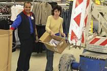 """Celkem 130 lidí našlo nová pracovní místa v domoradickém supermarketu, který otevře ve čtvrtek. """"Největší část nových zaměstnanců byla před tím registrovaná na úřadu práce,"""" doplnil včera ředitel krumlovského Tesca Ladislav Petr."""