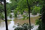 Povodně v Českém Krumlově v roce 2013. Ze břehů se vylila Polečnice, zahrozila i Vltava v centru. Pod vodou skončily hospodské zahrádky i auta.