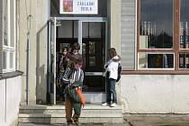 Jiným, než hlavním vchodem, se do ZŠ Za Nádražím v Českém Krumlově nedostanete.