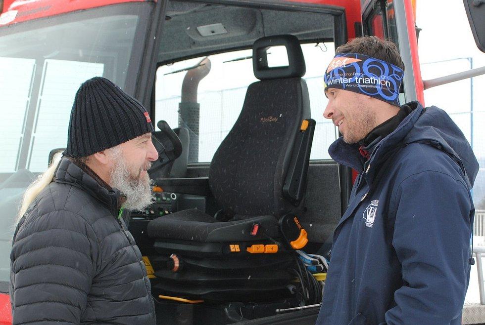 Zkušený rolbař Lubomír Mrázik zaučoval ve Frymburku pilota airbusu Bohumila Jahna, který kvůli koronaviru nemůže do vzduchu, a tak bude alespoň zaskakovat jako řidič rolby.