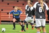 Kaplické dívky oplatily rivalkám ze Sezimova Ústí podzimní prohru 2:3 přesně stejným výsledkem (na snímku z podzimního duelu vlevo Ilona Stoklasová).