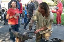 Kovář přitahoval pozornost nejednoho návštěvníka. Někteřé děti se nebály samy si vyzkoušet  pořádně bouchnout do kovadliny.