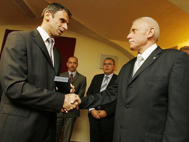 První muž jihočeské ČSSD Jiří Zimola (vlevo) a Jan Zahradník (ODS) ve středu 19. listopadu podepsali koaliční smlouvu.
