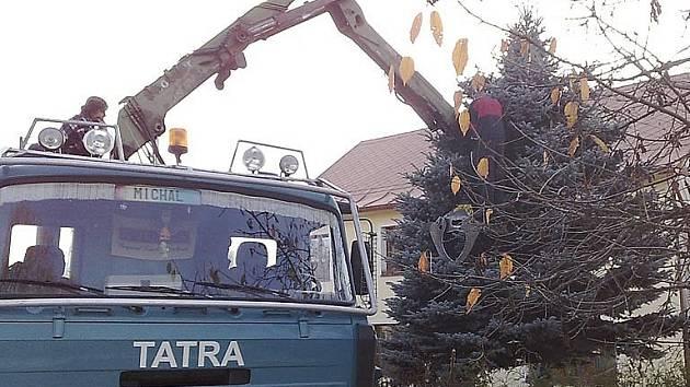 Smrk, který již překážel, se s Frymburskými rozloučí ve vánočním hávu.