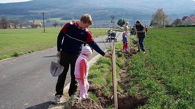 Šanci, zasadit si v Křemži vlastní rodinný strom, využila řada rodičů s dětmi. Malí zahradníci si domů  dokonce odnesli pamětní list. Na stromě nyní visí cedulka s jejich jménem.