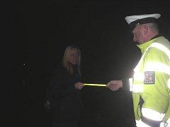 Policisté při kontrolách chodců rozdávali bezpečností reflexní pásky.