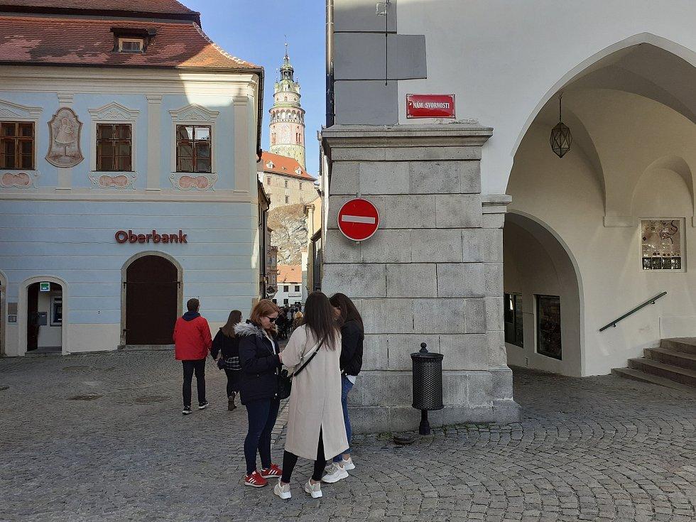 Náměstí Svornosti v Českém Krumlově bylo v sobotu téměř liduprázdné.