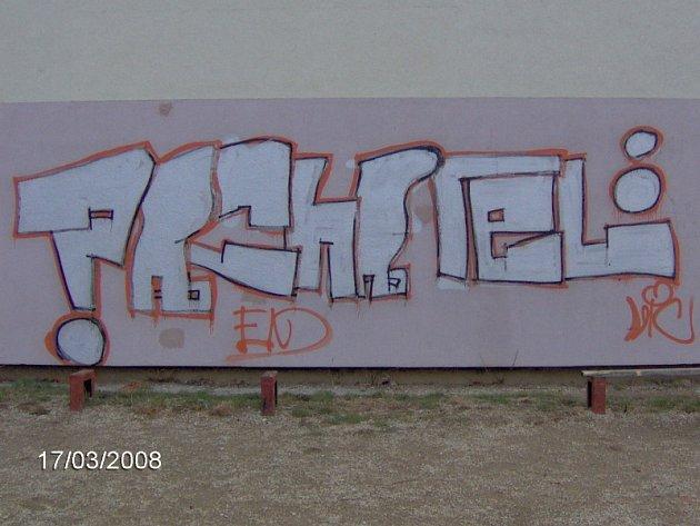 Graffiti na paneláku rozčílily místní obyvatele.