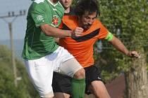 Třemi góly přispěl k hladkému postupu Slavoje útočník Pavel Svoboda (v popředí v souboji s hradišťským kapitánem Michalem Čírtkem), jenž by měl v týmu převzít roli kanonýra.