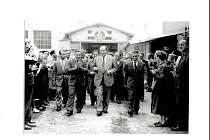 Prezident republiky Antonín Zápotocký na návštěvě fabriky v roce 1956, kdy byla rozšířena letecká produkce. Tehdy byl ředitelem Josef Novotný.