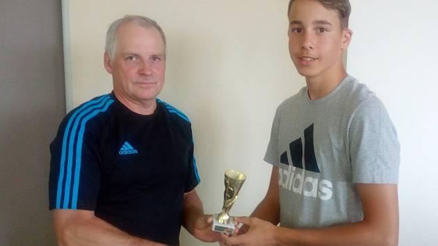 V minulé sezoně si cenu pro nejlepšího kanonýra OP starších žáků za 45 gólů vystřílel Matěj Sklář z Nové Vsi (vpravo), kterému plaketu předal zástupce OFS Radek Krátký.