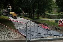 Metry cyklostezky v Jelenní zahradě v centru Českého Krumlova rychle přibývají.