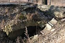 Takto poničený most u Petráškova dvora by se konečně mohl dočkat náhrady.