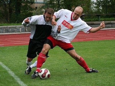 V rozmezí pouhých tří minut Českokrumlovští otočili výsledek utkání ve Čkyni. Ve vápně byl faulován Jan Peťule (vlevo, na snímku z vystoupení proti Chýnovu) a z nařízené penalty zajistil Michal Flöring zelenobílým všechny tři body.