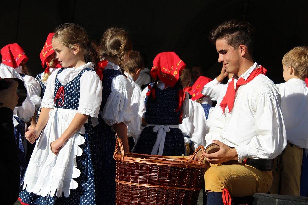 Soubor Úsviťáček z Českých Budějovic pobavil diváky moc pěkným tancem ve dřevácích.
