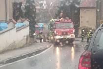 Do kopce v Krumlově museli cisternovou soupravu vytáhnout profesionální hasiči.