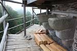 Na věži jsou zrestaurované a doplněné krakorce, na kterých vyroste dřevěný ochoz.