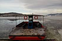 """Lipno zamrzlo. """"Malý převoz"""", výletní loď Bafal, musí z vody ven."""