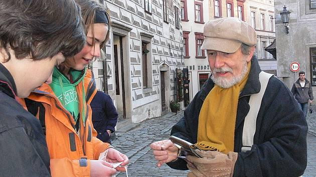 Co víte o AIDS? V tyto dny procházejí Českým Krumlovem skupinky žáků Základní školy Za Nádražím. V rámci informační kampaně k prvnímu prosinci, Dni AIDS, budou celý týden informovat českokrumlovské občany o rizicích této nemoci.