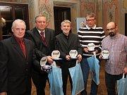 Pětka oceněných fotbalových trenérů - (zleva): Radek Krátký, Jiří Černý, Václav Domin, Jan Pils a Vlastimil Sulzer.